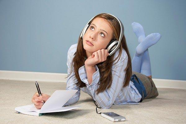Тетради девочка сможет высказать свои переживания. Фото с сайта www.kakprosto.ru