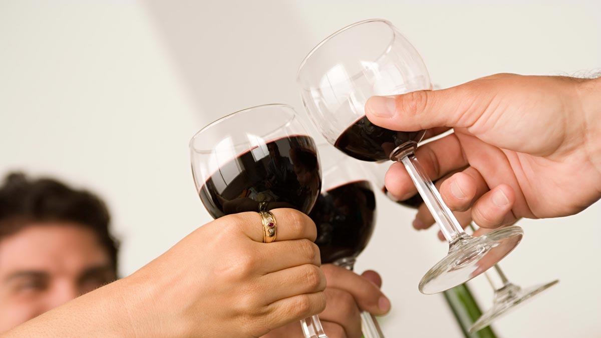 Пусть каждый произнесет тост за именинницу. Фото с сайта wallpaperscraft.ru