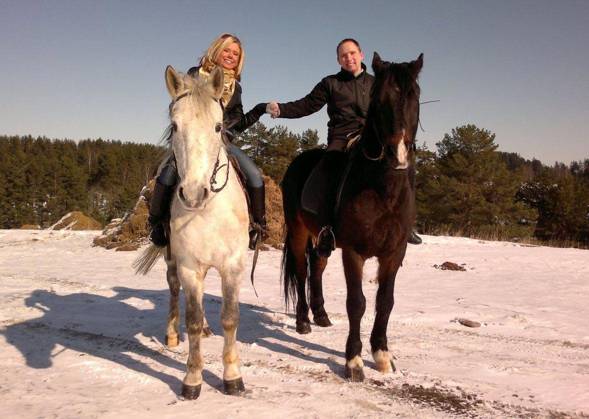 Прогулка на лошадях - хороший вариант романтика. Фото с сайта www.pics-zone.ru