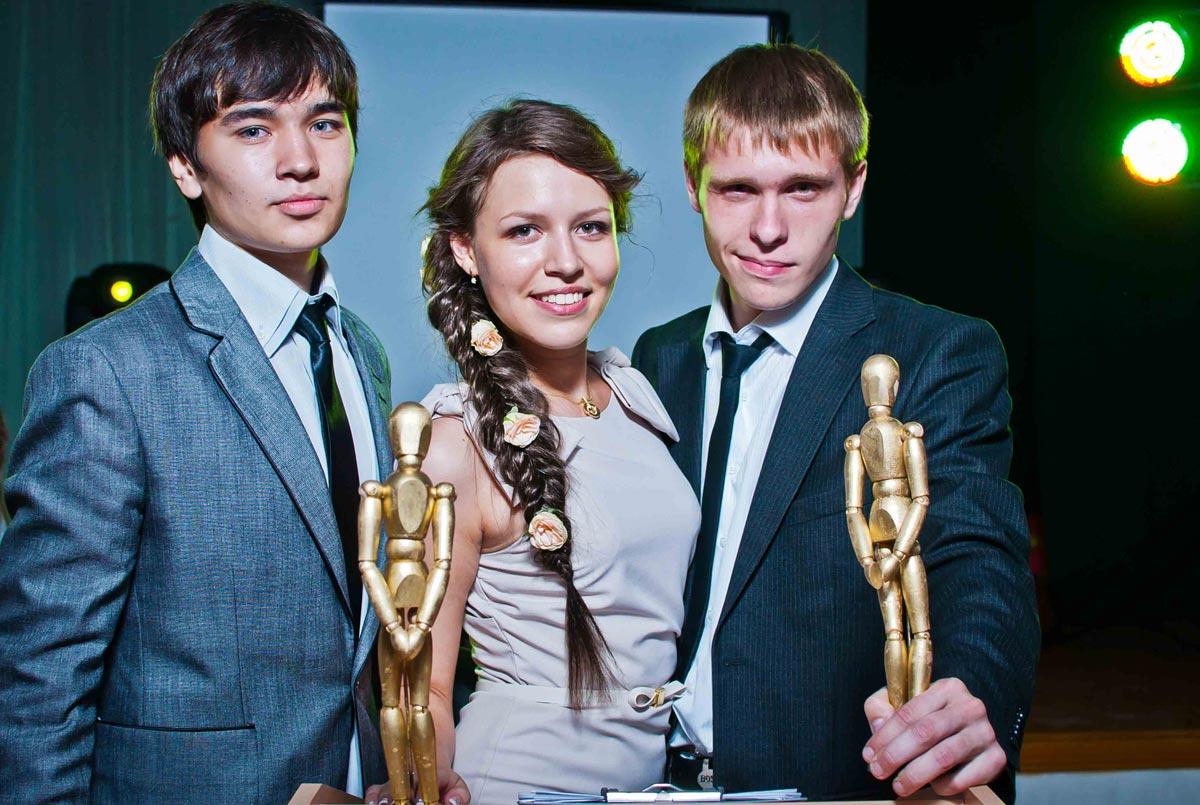 Вручение шуточных наград на выпускном. Фото с сайта holidaydays.ru