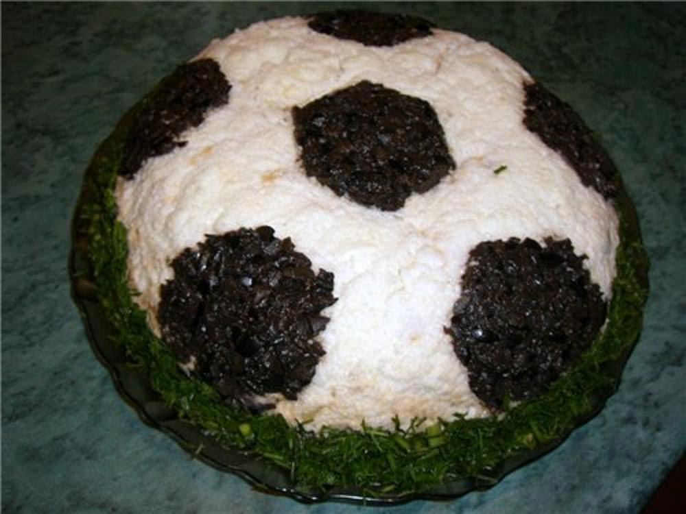 Футбольный мяч - салат. Фото с сайта agatharestaurant.wordpress.com