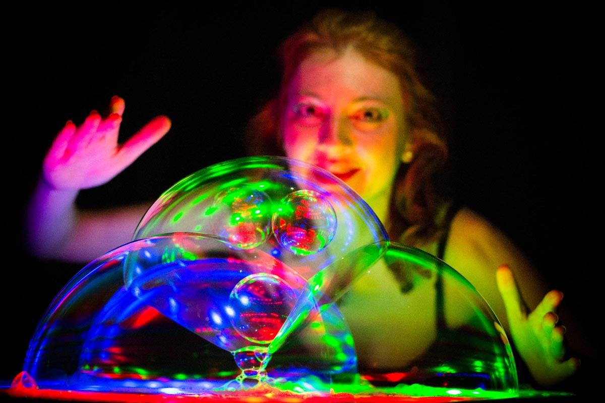 Фокусы с мыльными пузырями. Фото с сайта akviel.com
