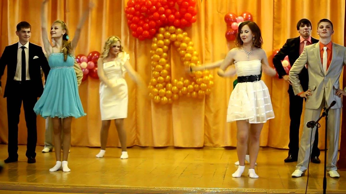 Вручение можно завершить небольшим общим номером. Фото с сайта ytimg.com