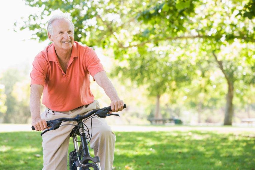 Если дедушка любит активный образ жизни, это нужно поддерживать. Фото с сайта dolgozhit.com