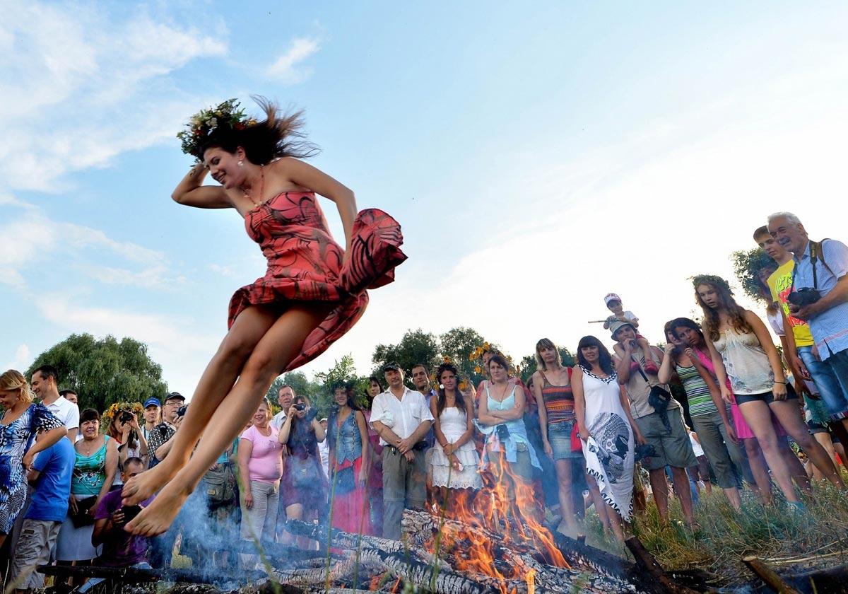 В этот день традиционно нужно прыгать через костер. Фото с сайта vazhno.ru
