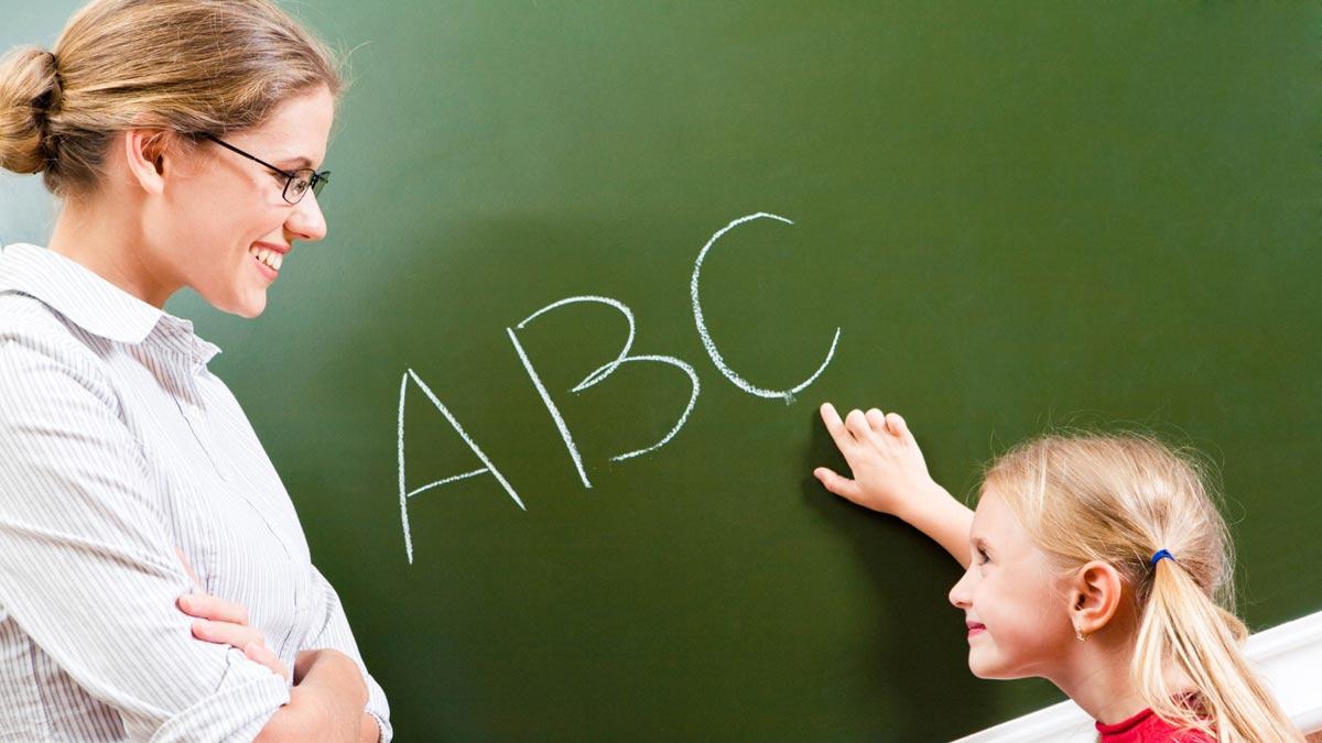 С учителем в начальных классах ребенок проводит почти весь свой день. Фото с сайта wallpaperscraft.ru