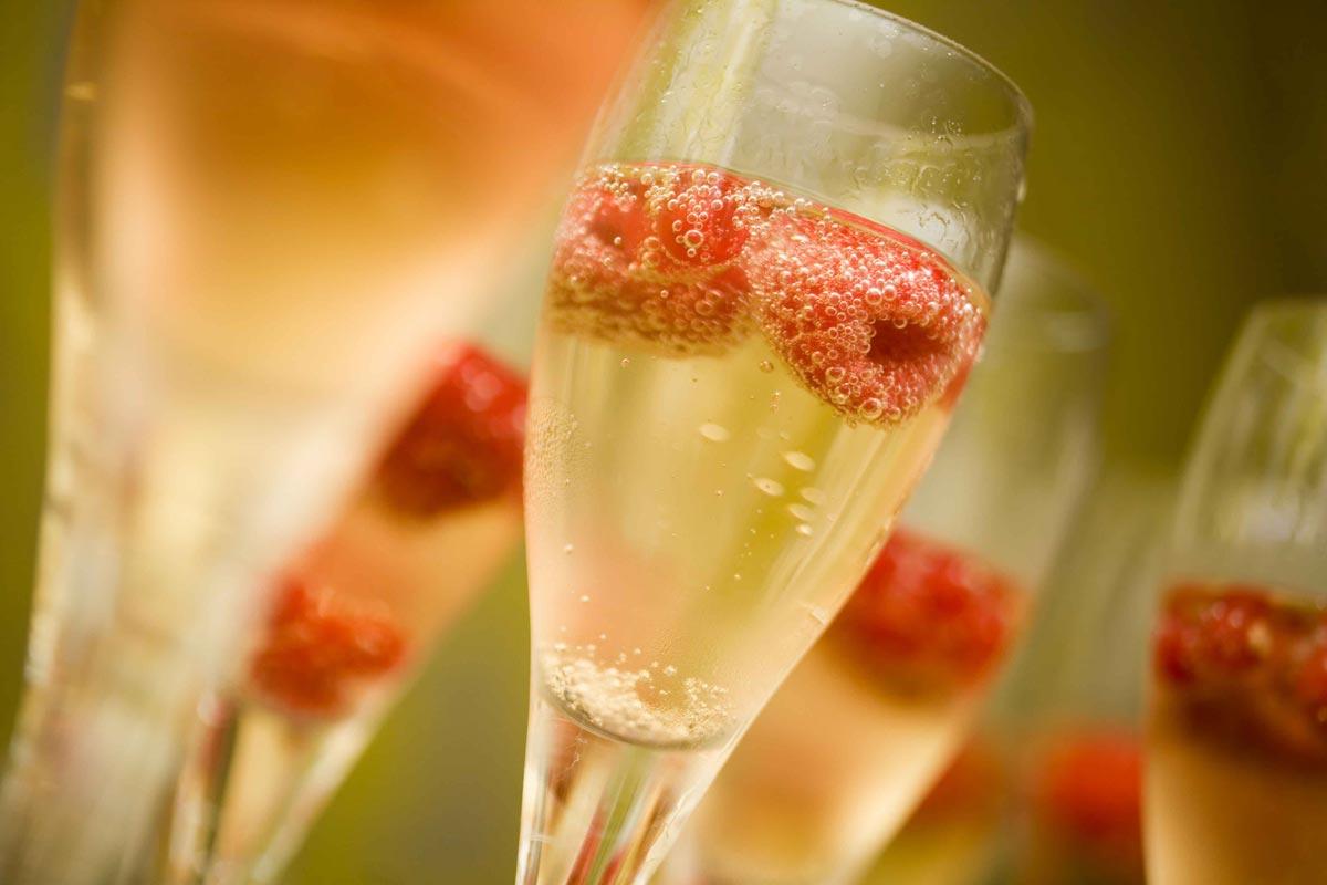 Освежающая сангрия с шампанским. Фото с сайта b-metro.com