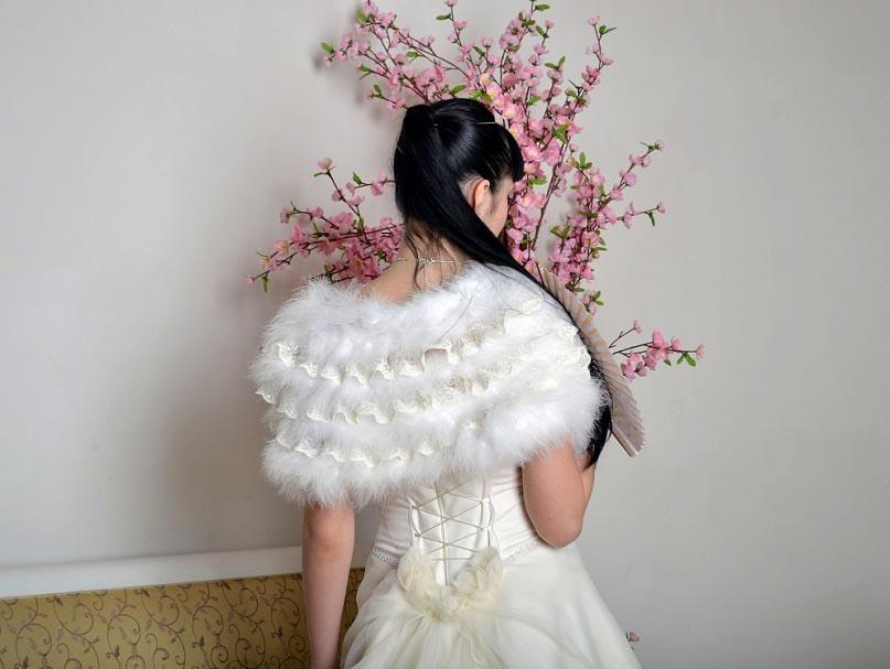 Белое болеро к белому платью. фото с сайта nevestamspb.narod.ru