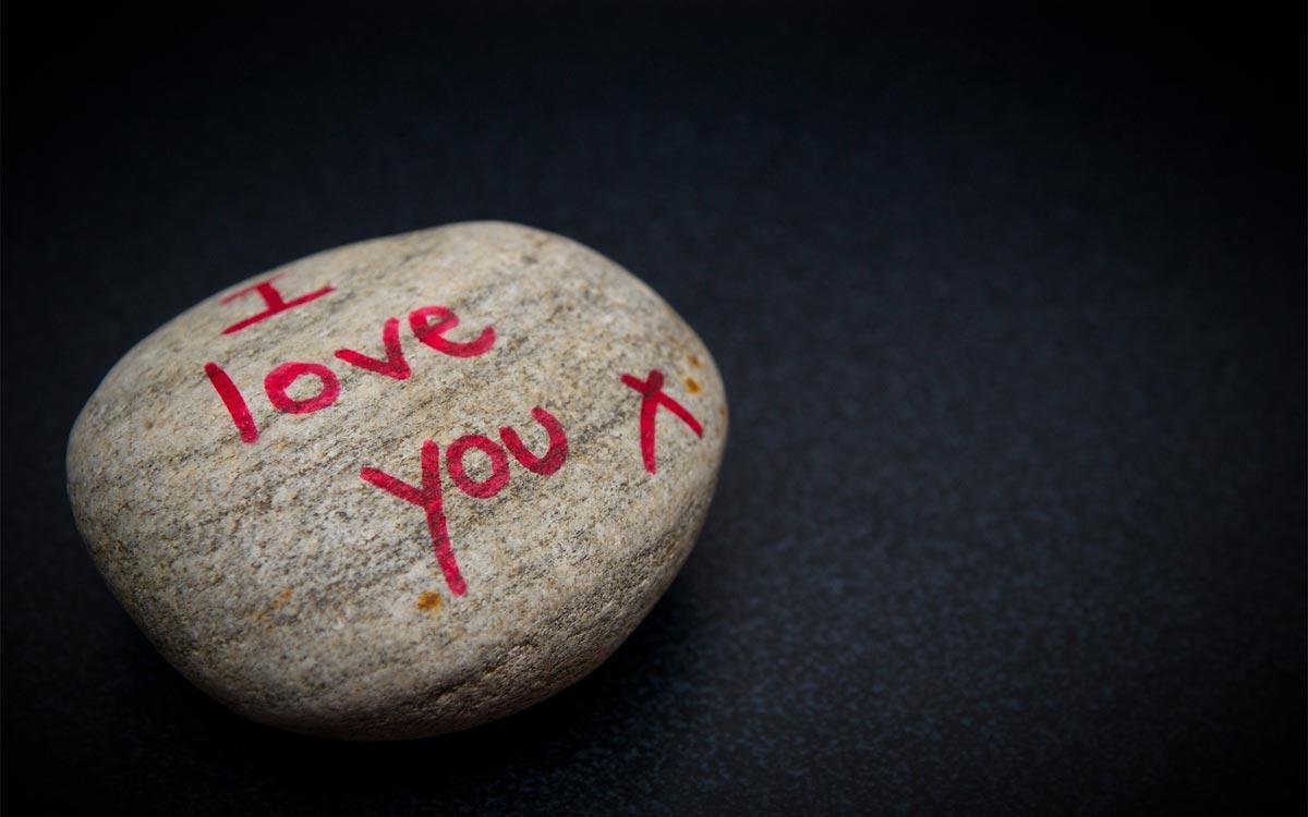Необычные поздравления на камне. Фото с сайта getbg.net