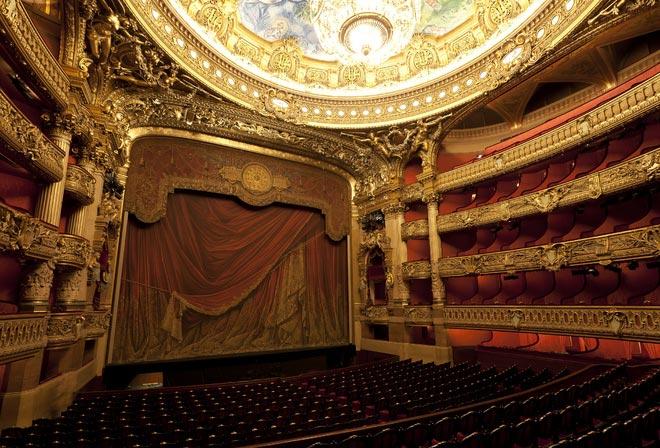 Билеты в театр наверняка станут запоминающимся подарком. Фото с сайта www.nastol.com.ua