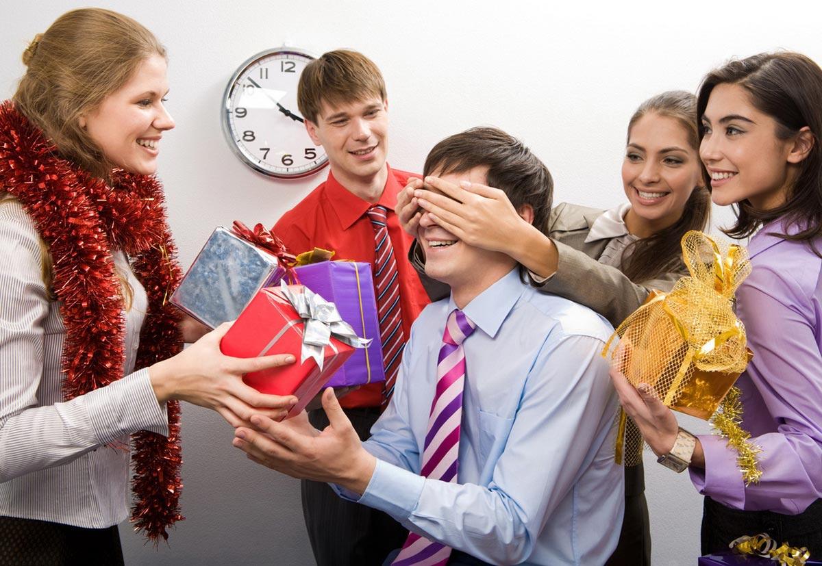 Удивите коллег по работе подарками. Фото с сайта v2015god.ru
