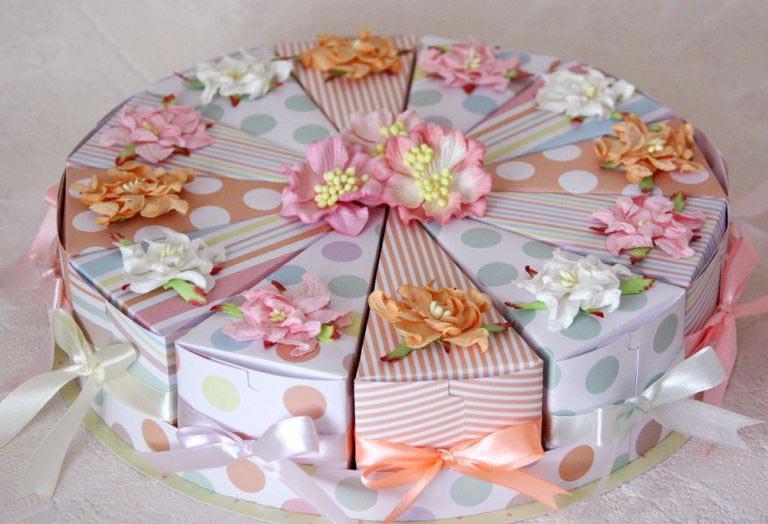 Красиво и оригинально – торт с пожеланиями. Фото: www.livemaster.ru