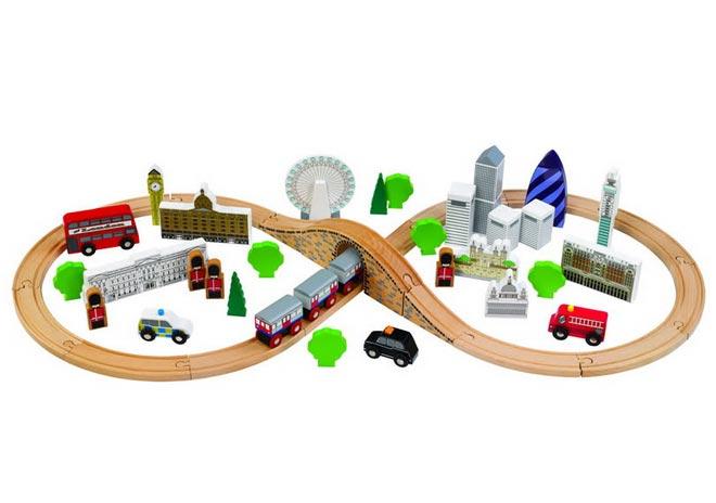 С интересной железной дорого поиграет и папа малыша. Фото с сайта ona-znaet.ru