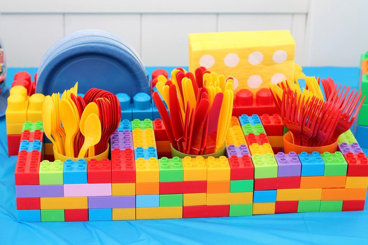 """Оригинальная подставка для приборов на дне рождения в стиле """"Лего"""". Фото с сайта www.vaughanmoms.ca"""