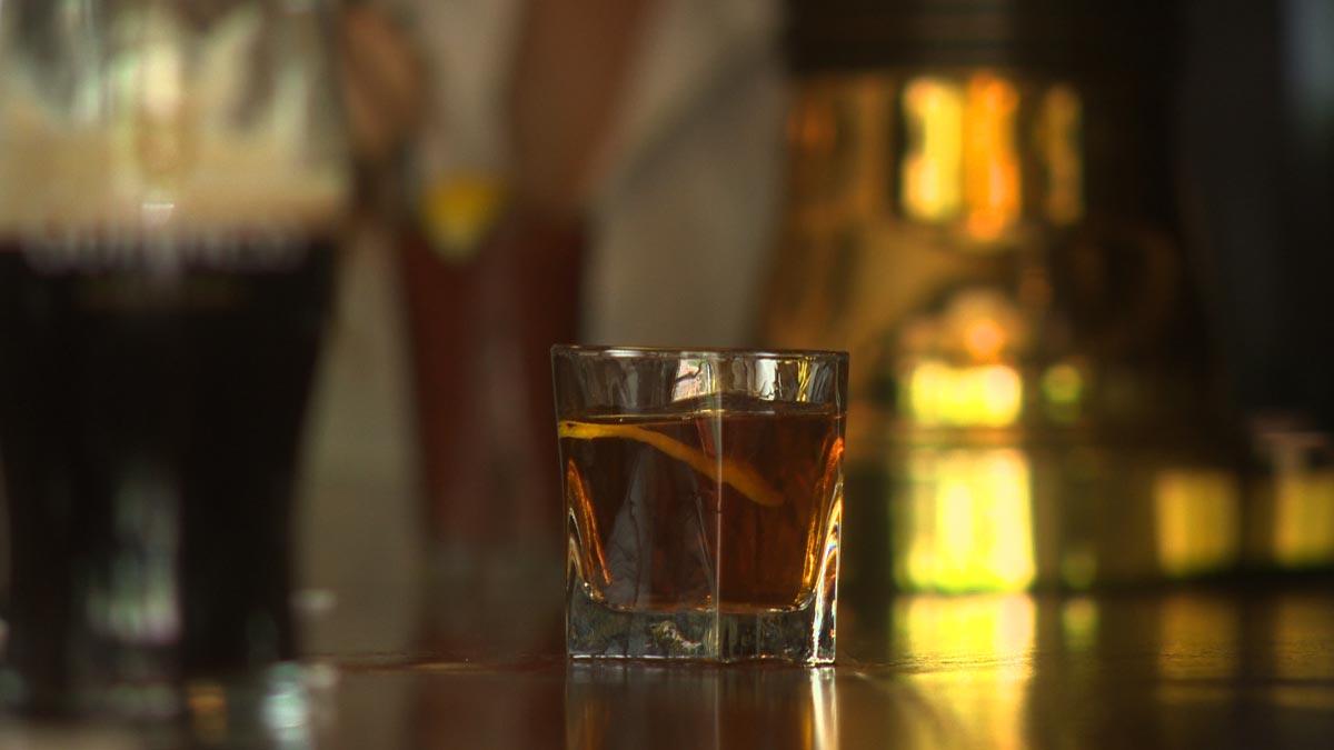 Коктейль на основе виски. фото с сайта drinkingmadeeasy.com