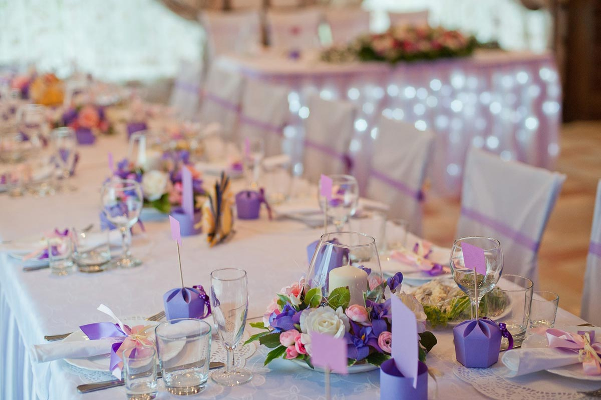 Букеты на столах. Фото с сайта static.wixstatic.com