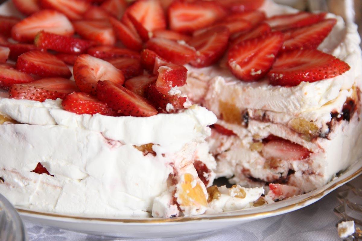 Сладкий торт с клубникой. Фото с сайта tridevici.com