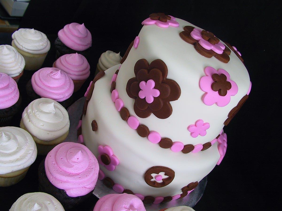 Торт на день рождения с украшениями из мастики. Фото с сайта www.sinn-ess-theater.de