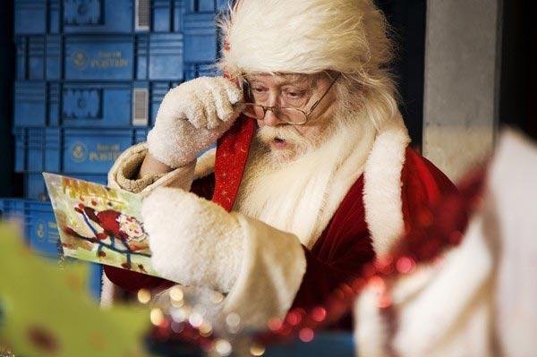 Дедушка ждет письма малышей. Фото с сайта www.metronews.ru