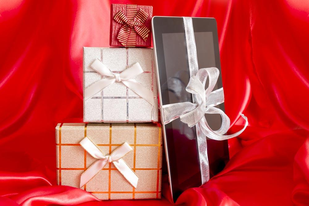 Родители могут подарить достаточно дорогостоящие вещи. Фото с сайта klops.ru
