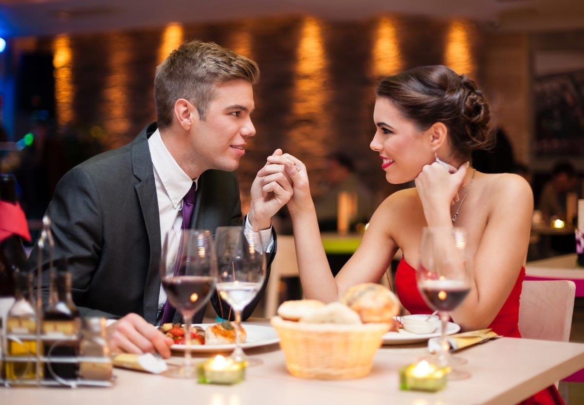 Поход в ресторан - отличная идея романтика. Фото с сайта www.playcast.ru