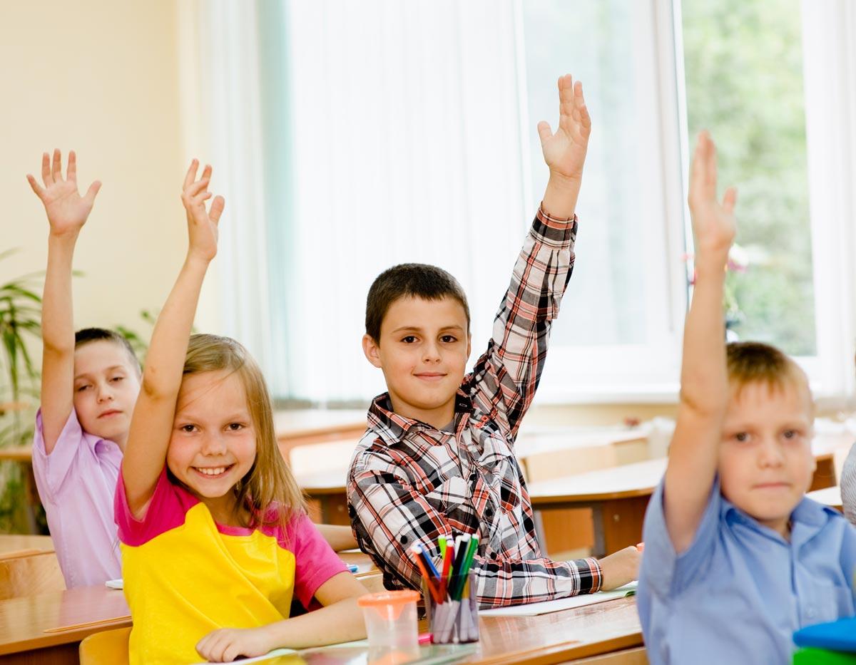 В школах можно провести тематические классные часы. Фото с сайта wise.guardianlv.com