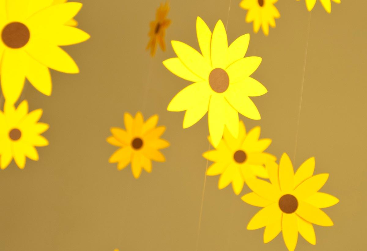 Бумажные цветы. Фото с сайта ustroim-prazdnik.info