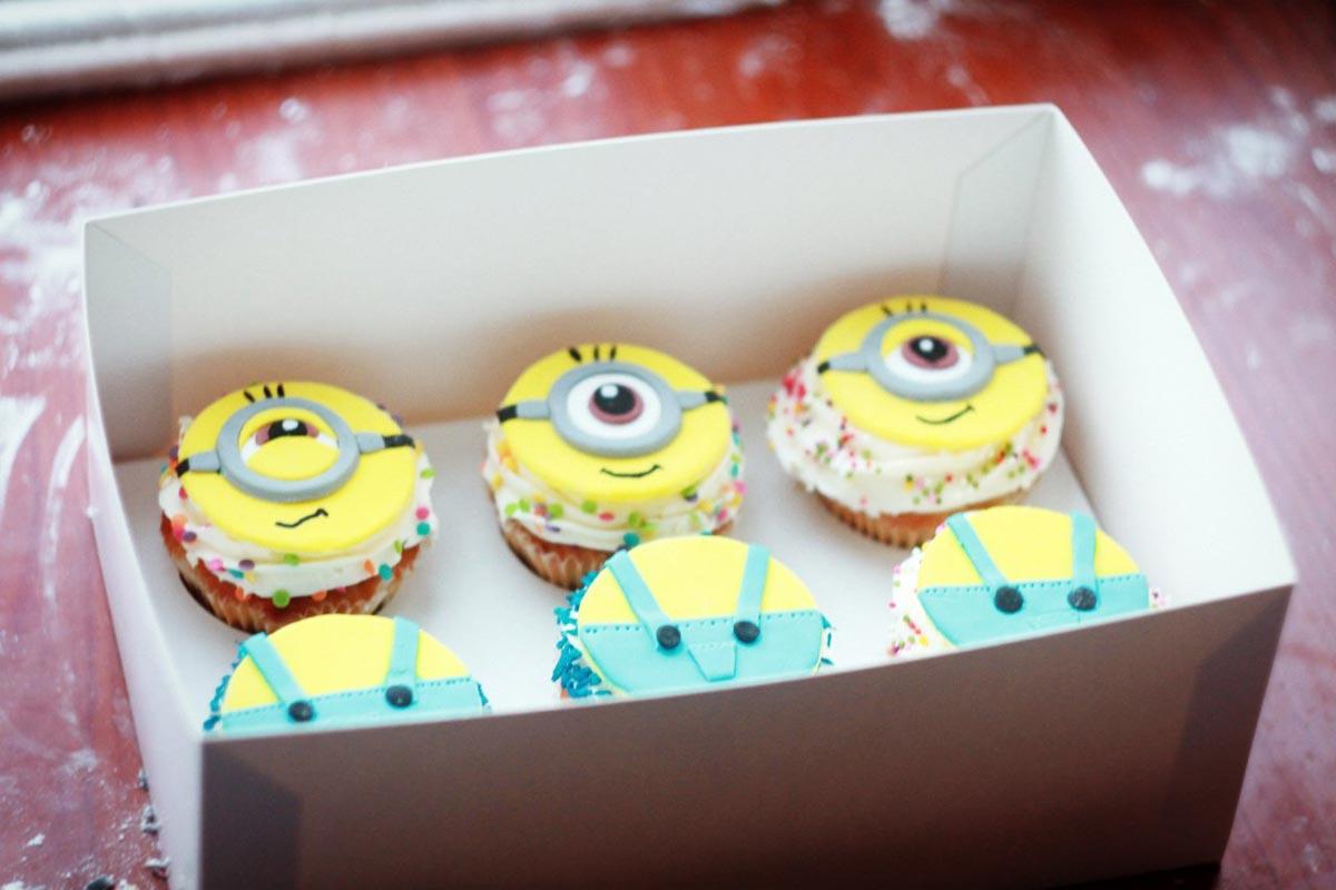 Украсьте пирожные в стиле миньонов. Фото с сайта muffinhouse.ru