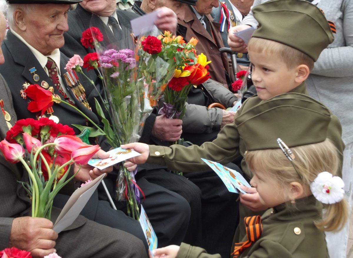 Дети поздравляют ветераны. Фото с сайта boombob.ru
