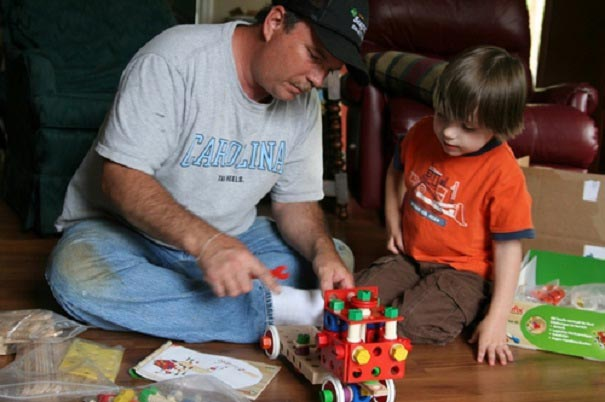 Сложные конструкторы малышу поможет собрать папа. Фото с сайта letidor.livejournal.com