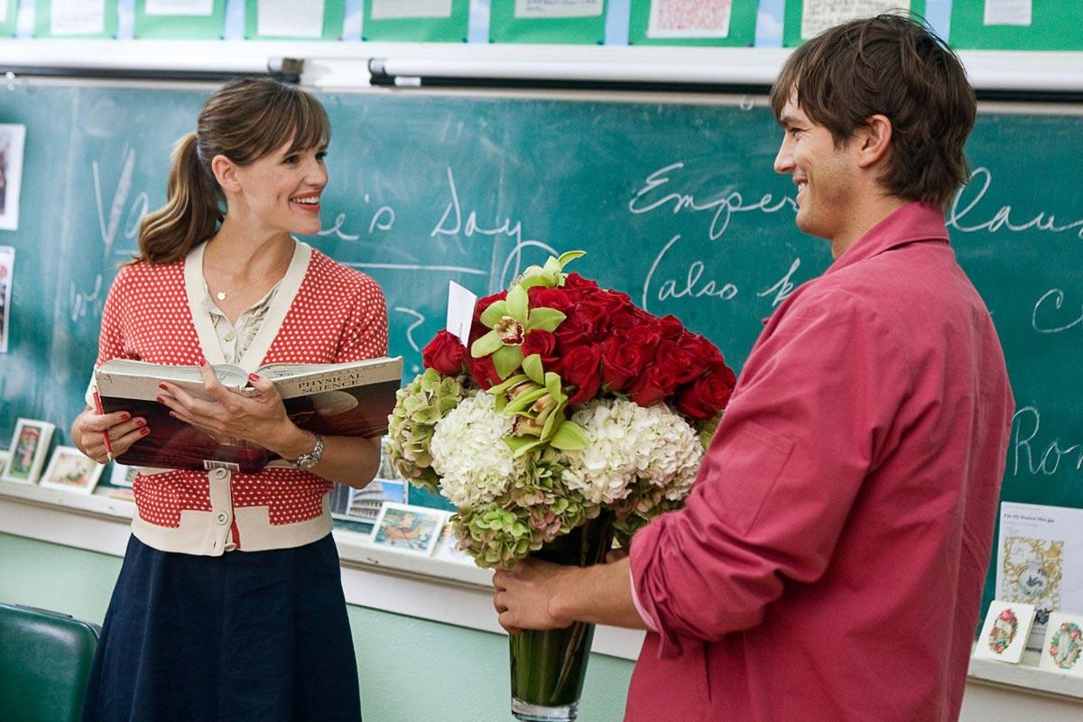 От красивого букета цветов учитель тоже вряд ли откажется. Фото с сайта lostfilm.info