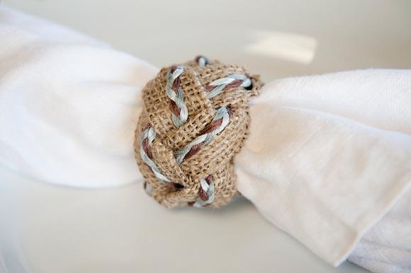 Кольцо для салфеток в виде косички. Фото с сайта fabyoubliss.com