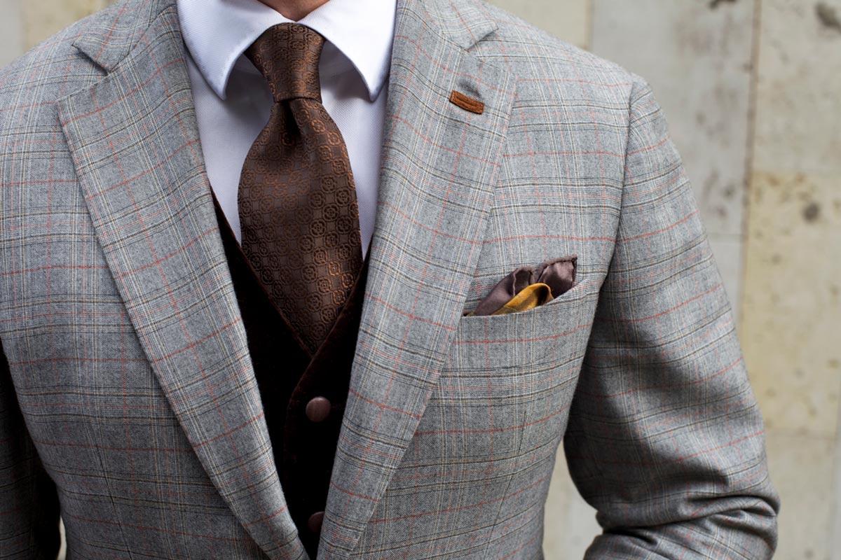Если уверены во вкусах именинника, подарите стильную одежду