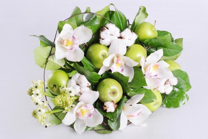 Цветы и фрукты в одном букете. Фото с сайта www.florist.ru