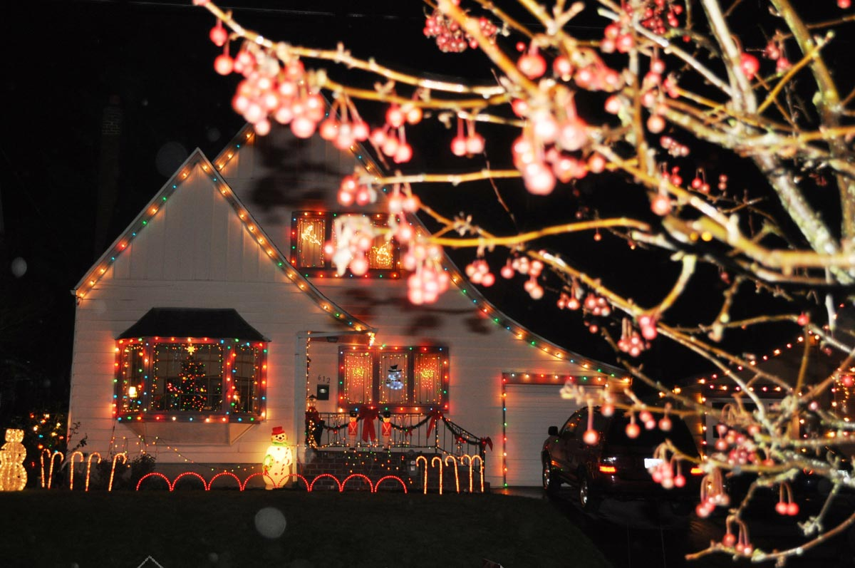 Дом, украшенный к Рождеству. Фото с сайта russianfood.ruforu.com