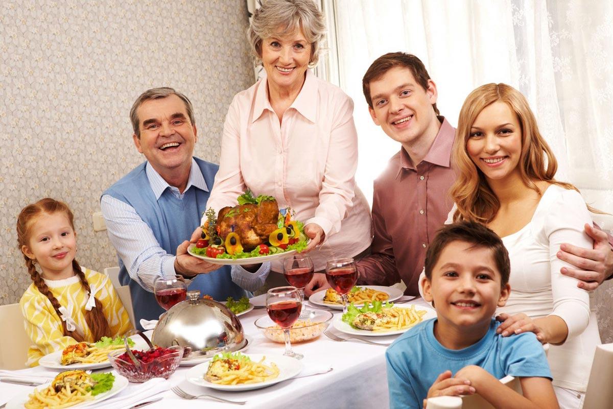 Семейное торжество - хорошее решение для пожилого человека. Фото с сайта new.stihi.ru
