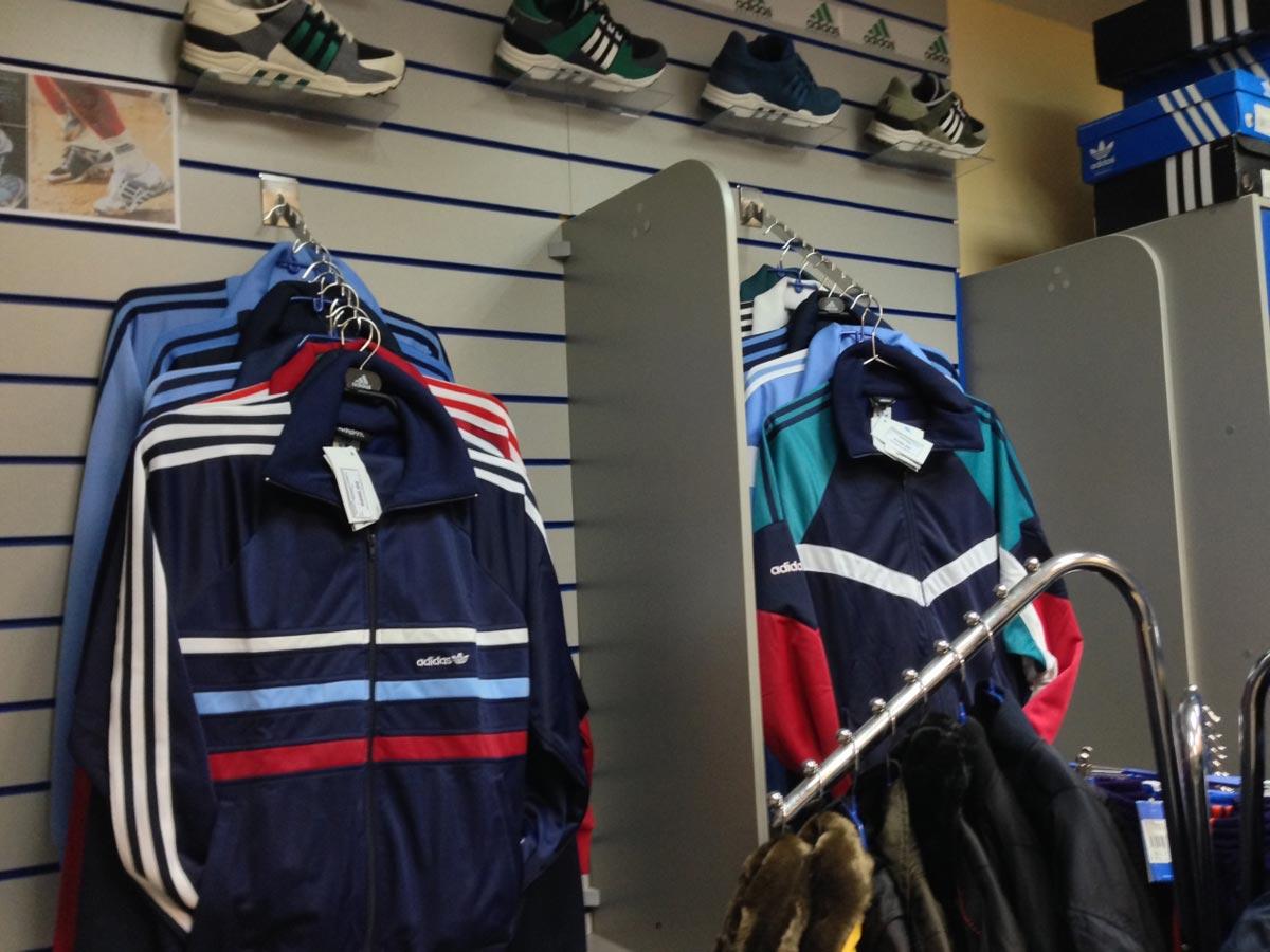 Спортивные костюмы - едва ли не пик моды 90-х годов. Фото с сайта adidasomsk.ru