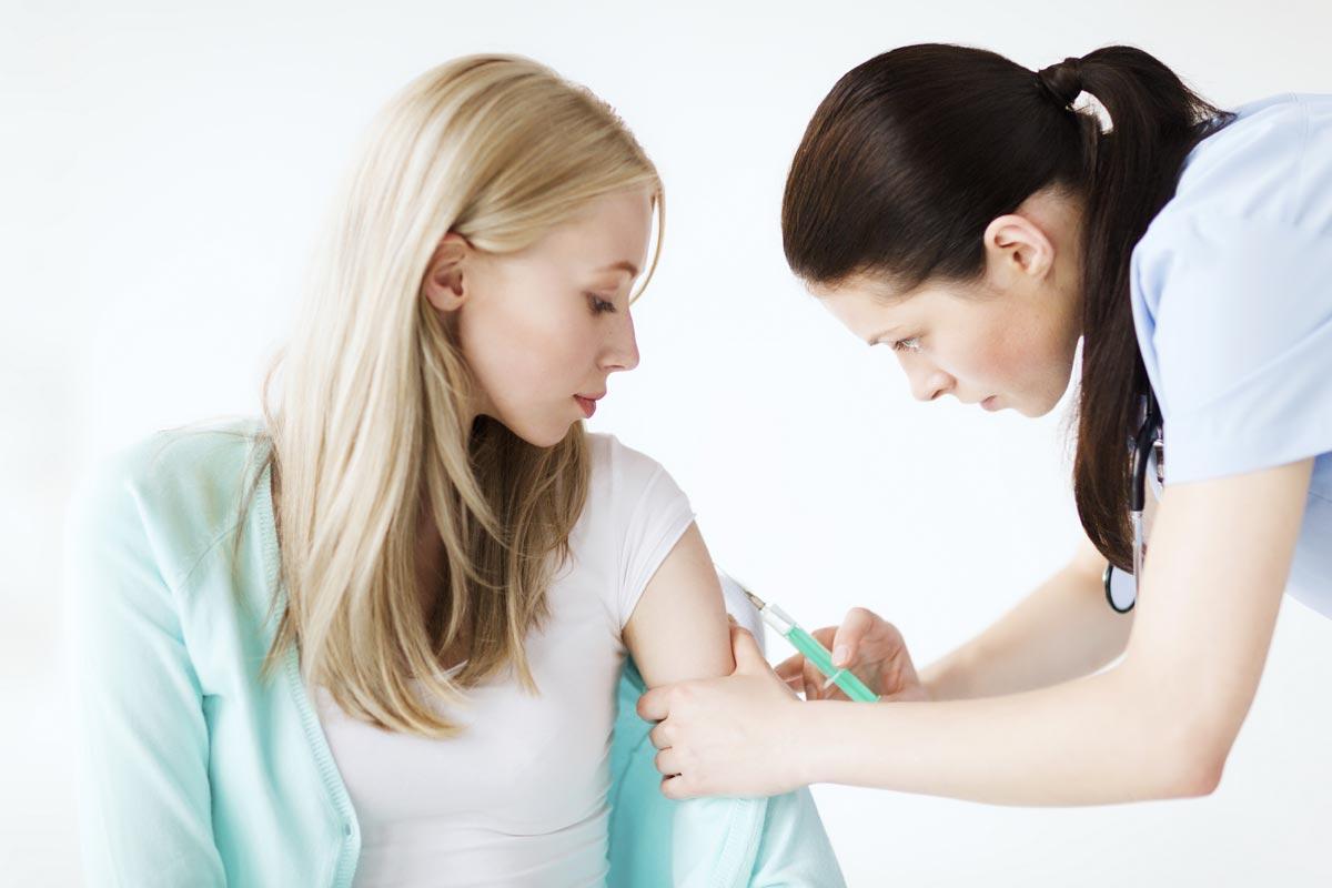 Медсестра в деле. Фото с сайта travelclinic.vch.ca
