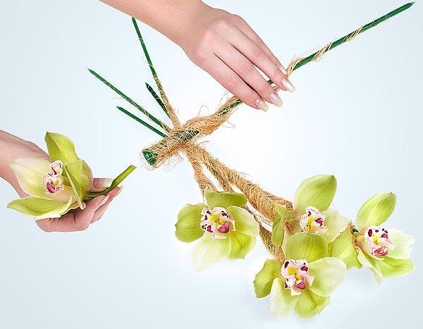 Аккуратно вставьте каждый цветок. Фото с сайта www.florist.ru