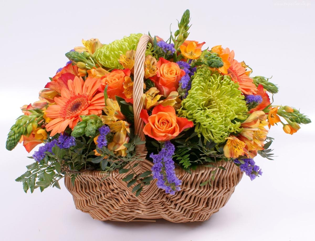 Корзина цветов подойдет для торжества. Фото с сайта www.tapeciarnia.pl