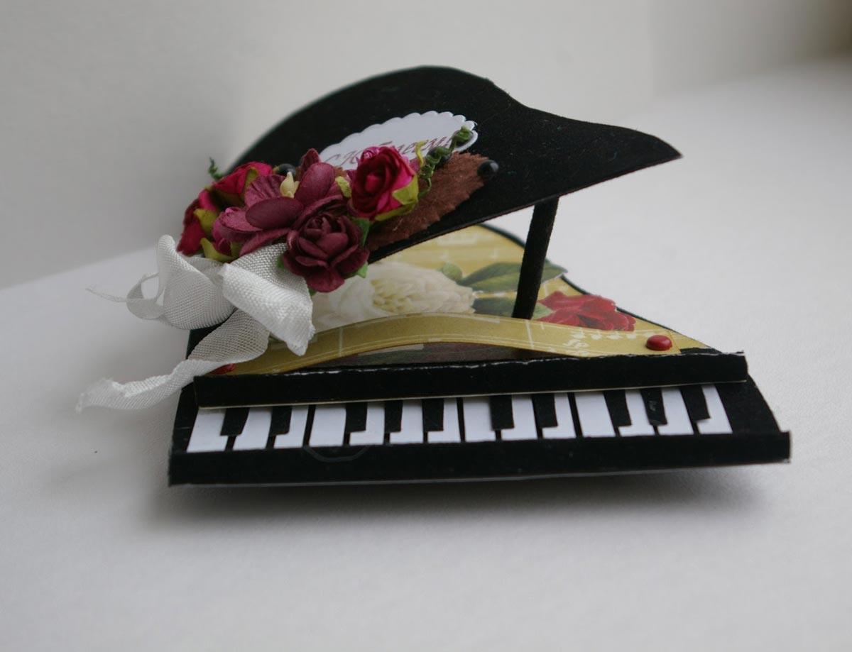 Открытка в форме фортепиано. Фото с сайта eatthefineprint.files.wordpress.com