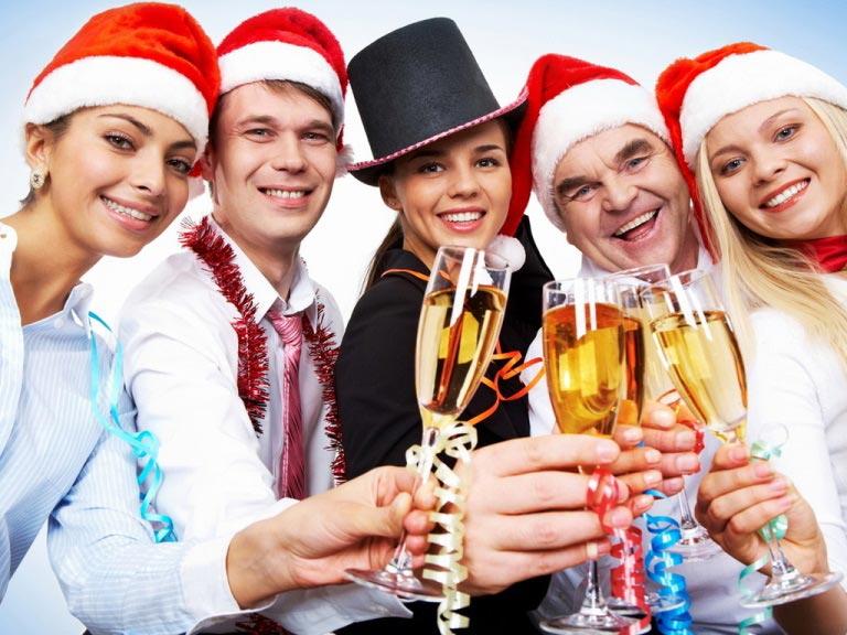 Новогодний корпоратив – отличный способ сплотить коллектив. Фото: newyearsday.ru