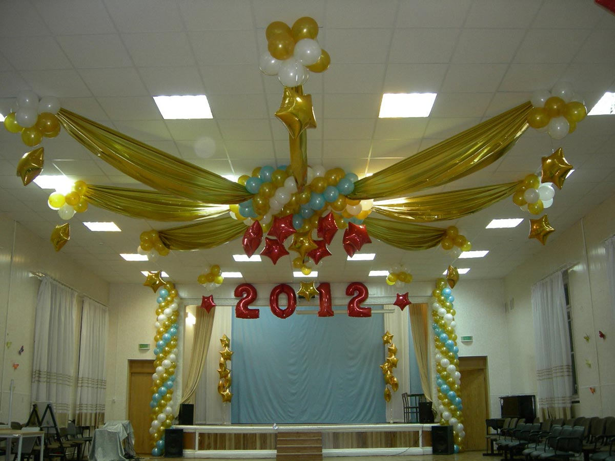 Оригинальное украшение зала на выпускной. Фото с сайта www.arlekino96.ru