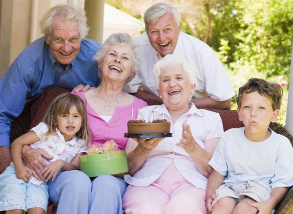 Юбилей можно справить и в тесном семейном кругу. Фото с сайта www.healthyagingeldercare.com
