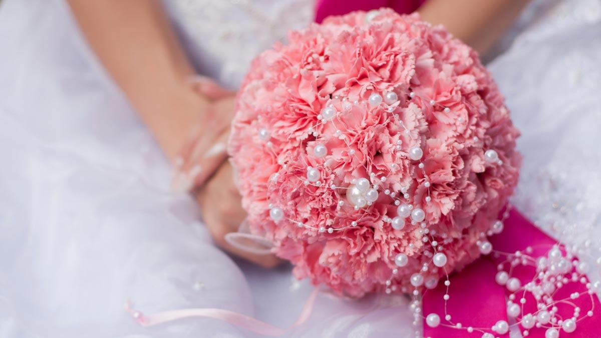 Гвоздики в букете невесты. Фото с сайта www.motto.net.ua