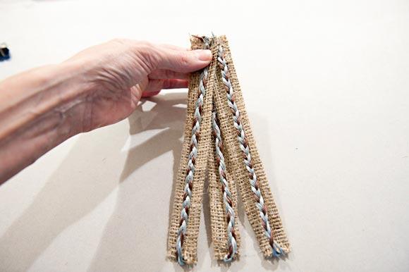 Сплетите косу из трех заготовок. Фото с сайта fabyoubliss.com