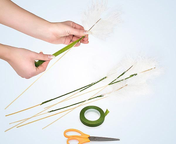 Закрепите перья. Фото с сайта www.florist.ru