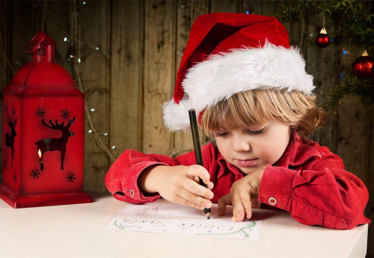 Дети мечтательно пишут письма Деду Морозу
