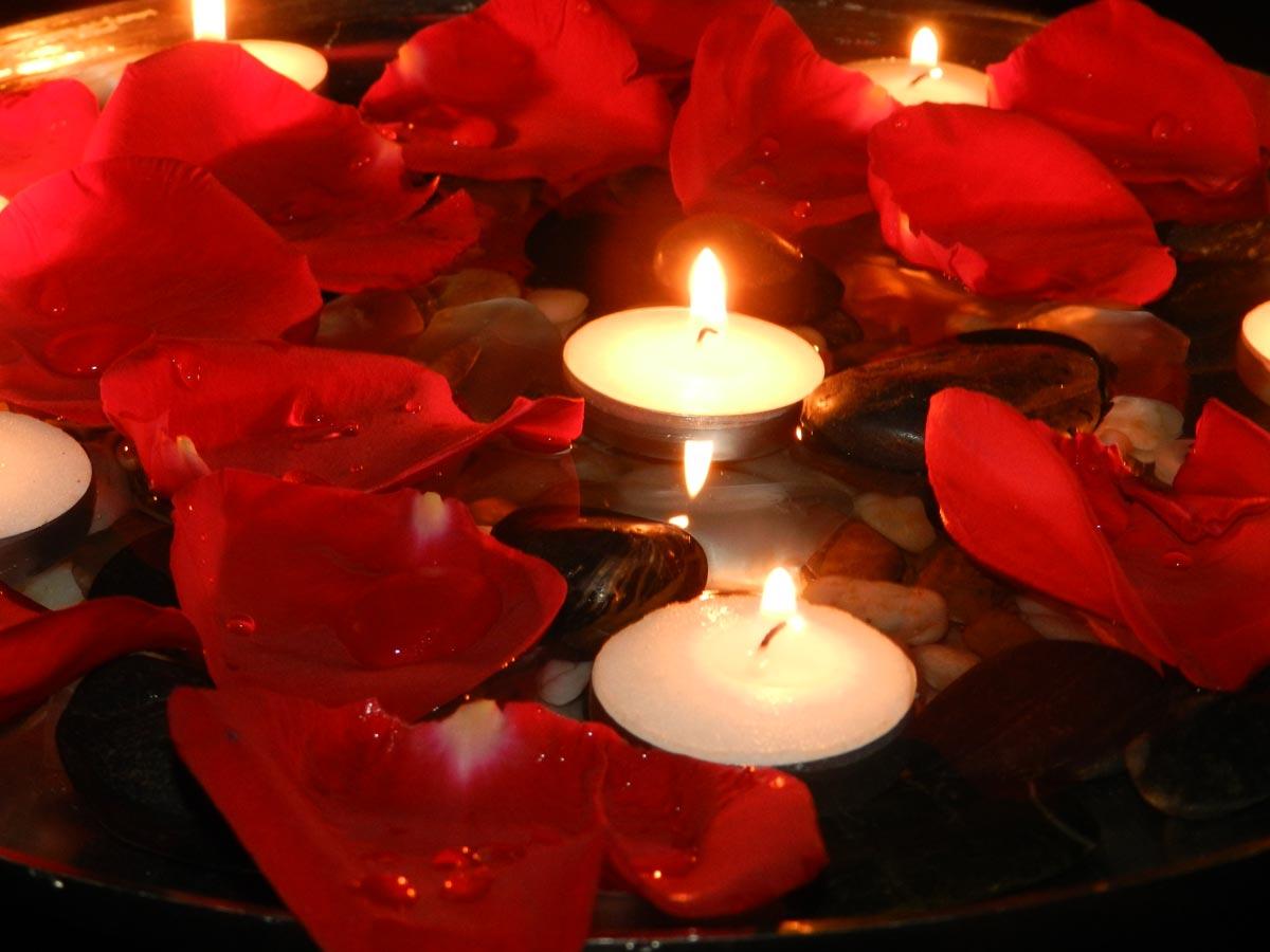 Свечи подчеркнут атмосферу романтика. Фото с сайта forwallpaper.com