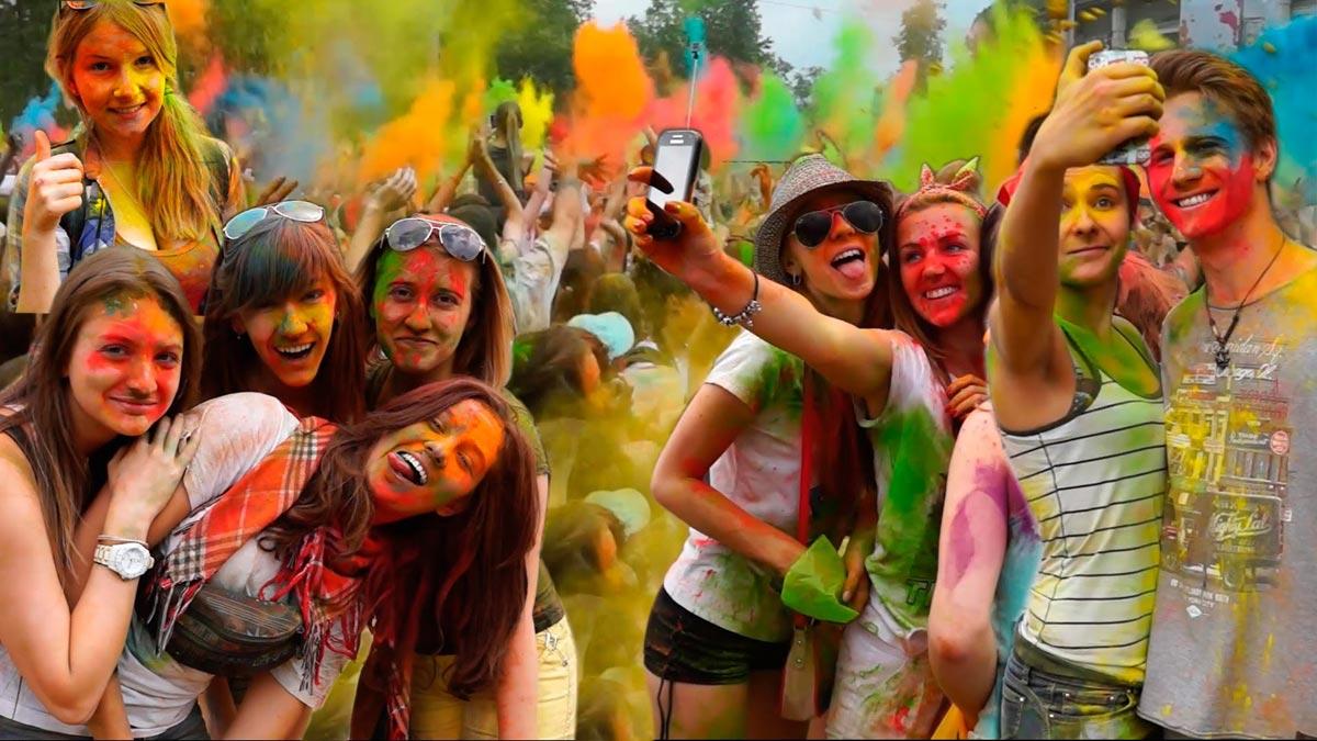 Раскрашены красками холи. Фото с сайта ytimg.com